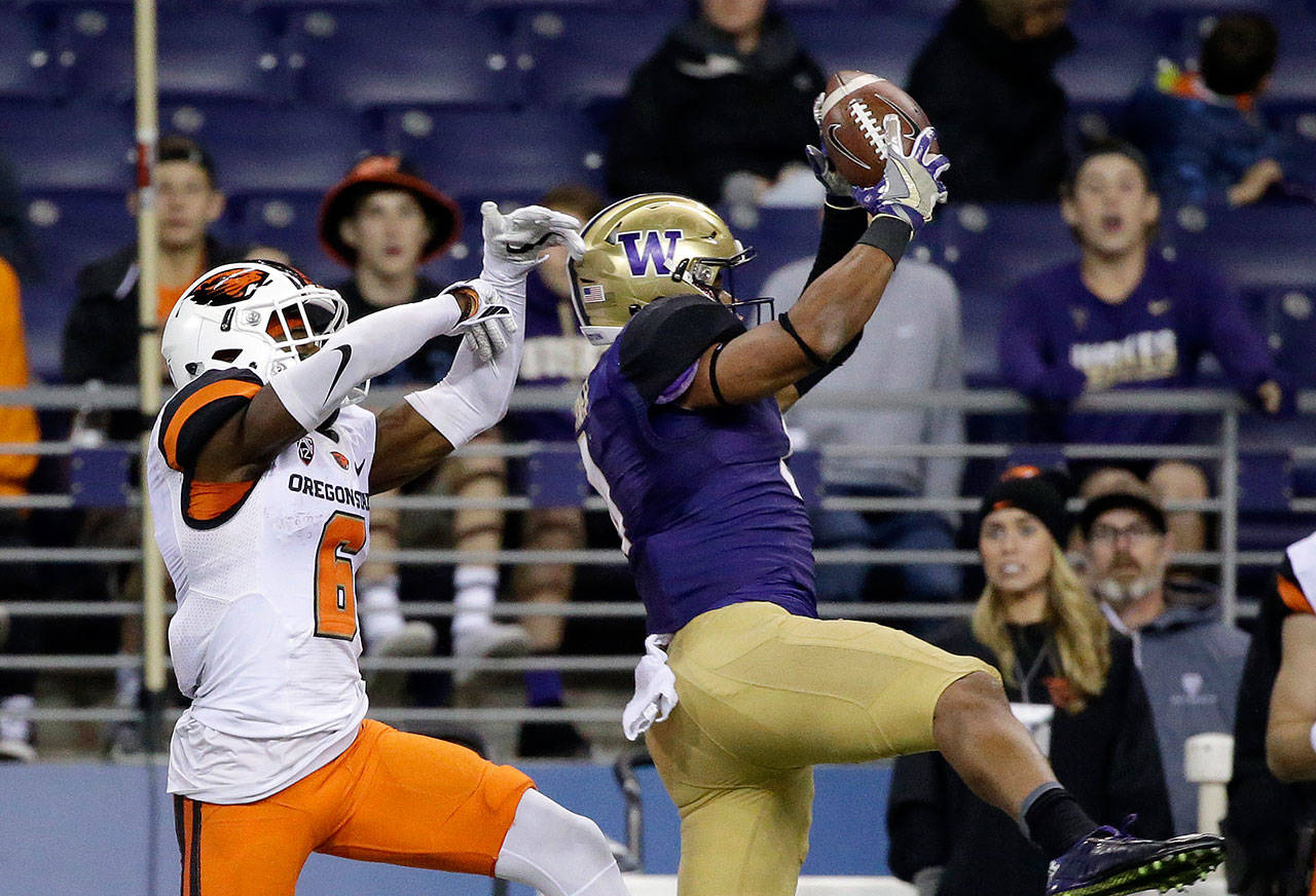 Washington defensive back Austin Joyner (right) intercepts a pass meant for Oregon State's Victor Bolden Jr. in the second half of their college football game in October 2016. (AP Photo/Elaine Thompson)