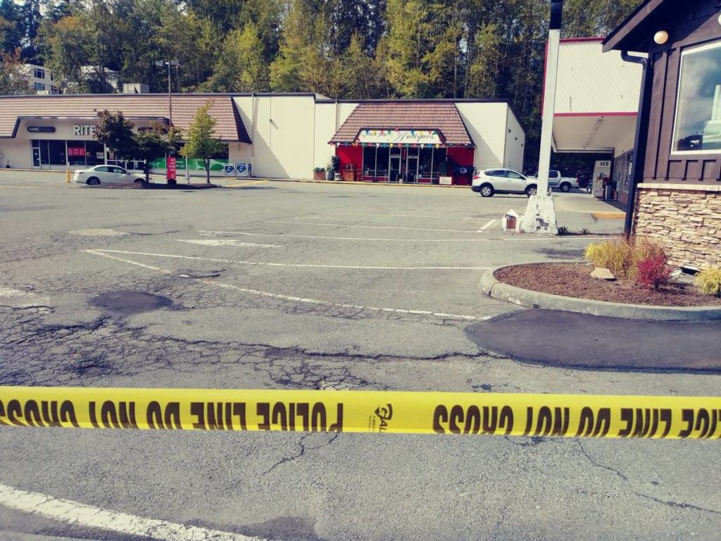 Police blocked the Rite Aid parking lot in Bothell. (Aaron Kunkler / Bothell-Kenmore Reporter)