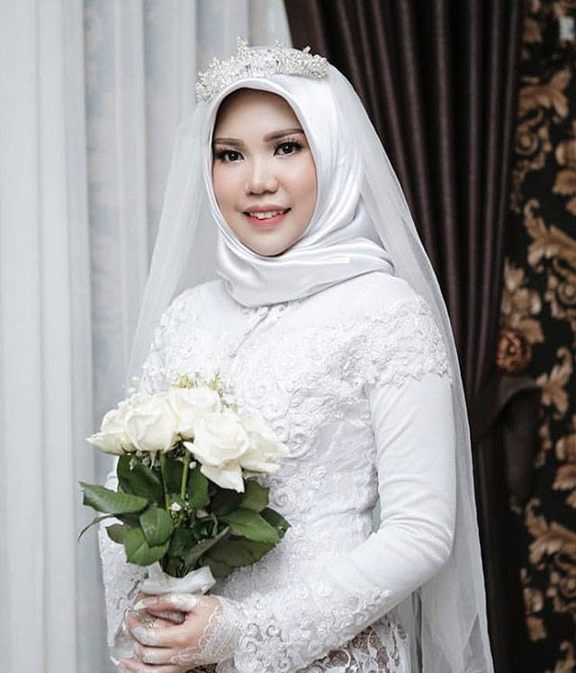 Indonesian Intan Syari poses in her wedding dress on Nov. 11, the day of her planned wedding, in Pangkal Pinang, Indonesia. Syari, who was engaged to medical doctor Rio Nanda Pratama, who died on a Lion Air flight that plunged into the sea, wore her wedding dress on the day they were to have been married. Pratama was among 189 people on the Boeing 737 MAX 8 plane who died when it crashed a few minutes after taking off from Jakarta on Oct. 29. (AP Photo)
