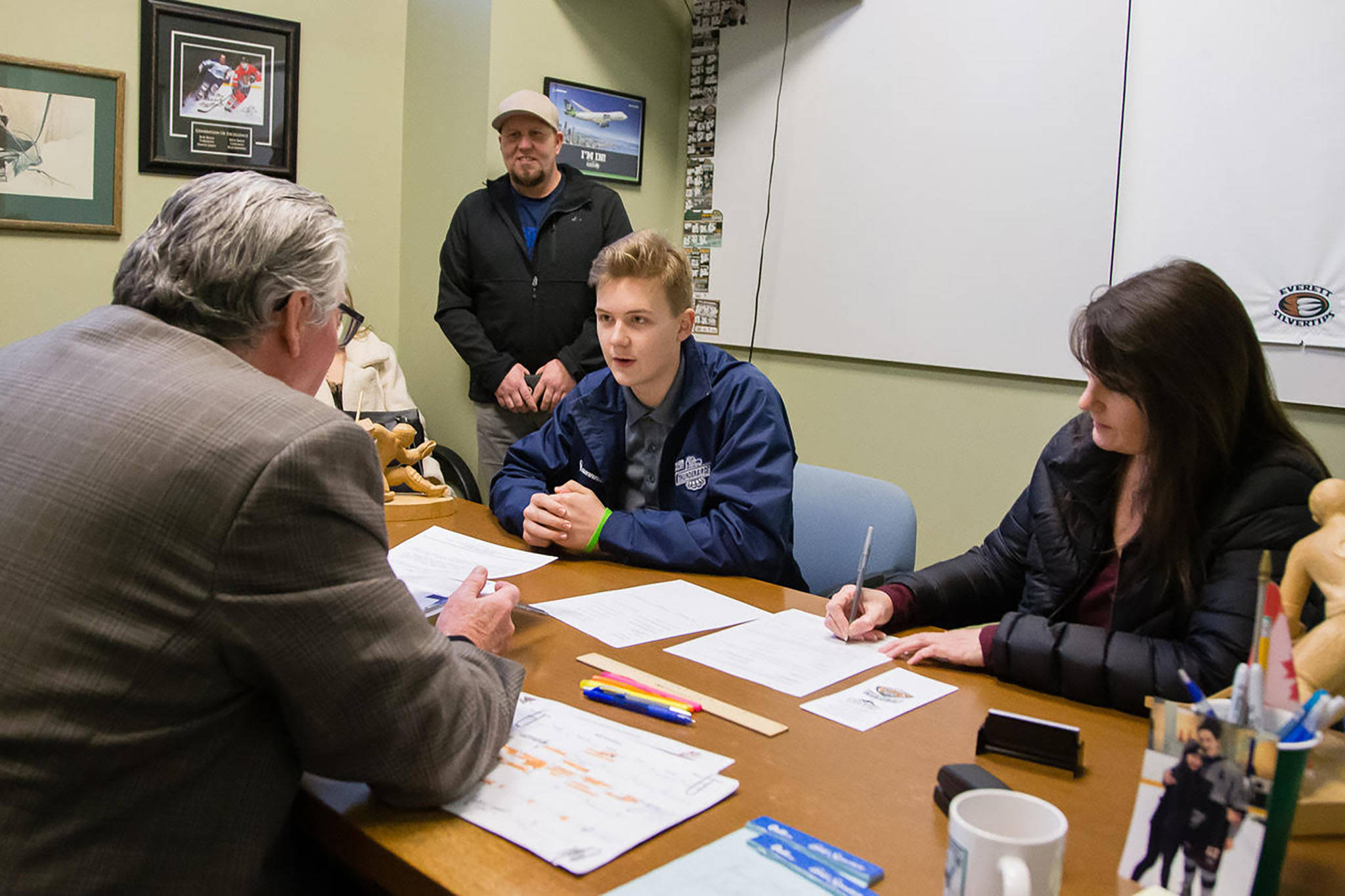 Jacob Wright (center), who signed with the Silvertips on Tuesday, chats with Everett general manager Garry Davidson (left) in his office. (Credit: Chris Mast/Everett Silvertips)