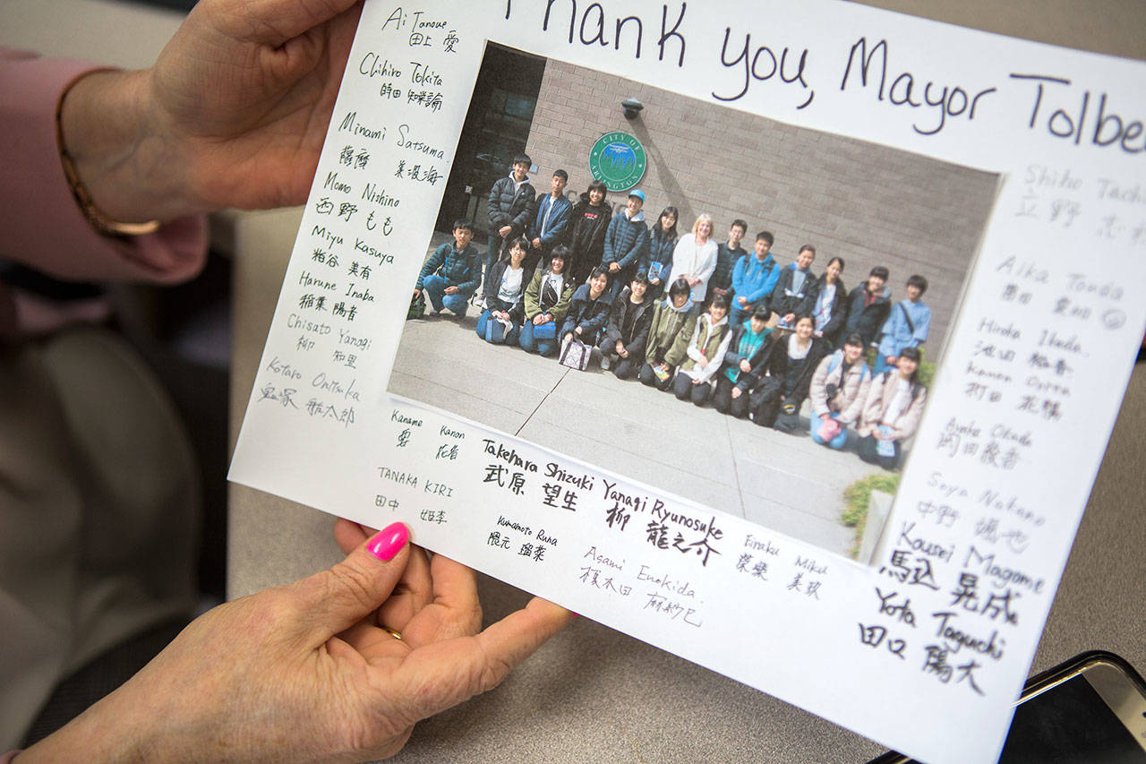 Barbara Tolbert shows one of the many thank you notes she has received over the eight years she has been mayor on Wednesday, April 17, 2019 in Arlington, Wash. (Olivia Vanni / The Herald)