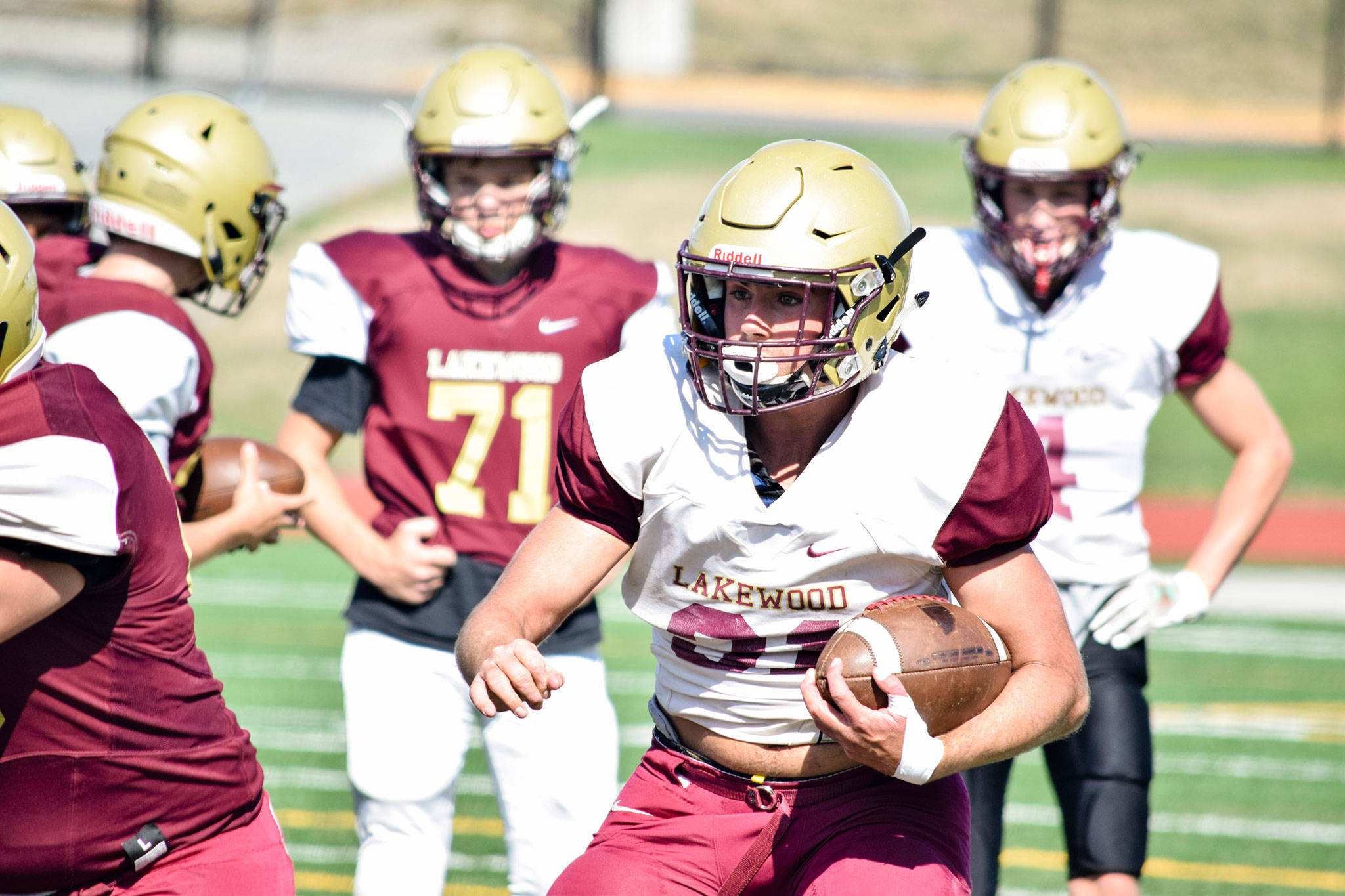 Senior Jackson Schultz runs towards the defense during three-on-three drills on Aug. 28, 2019, at Lakewood High School in Arlington. (Katie Webber / The Herald)
