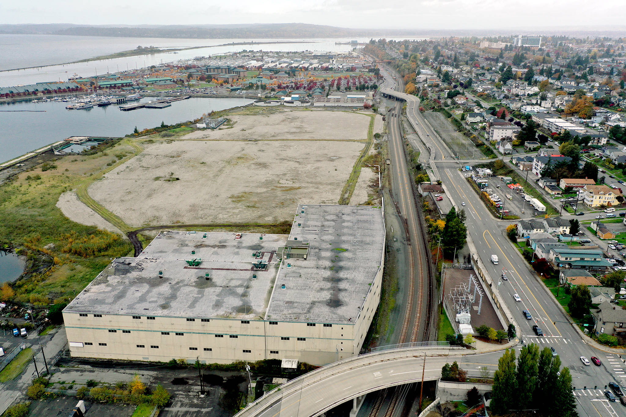 The warehouse (lower left) and vacant land of the former Kimberly-Clark paper mill on the Everett waterfront, as seen Tuesday. (Chuck Taylor / The Herald)