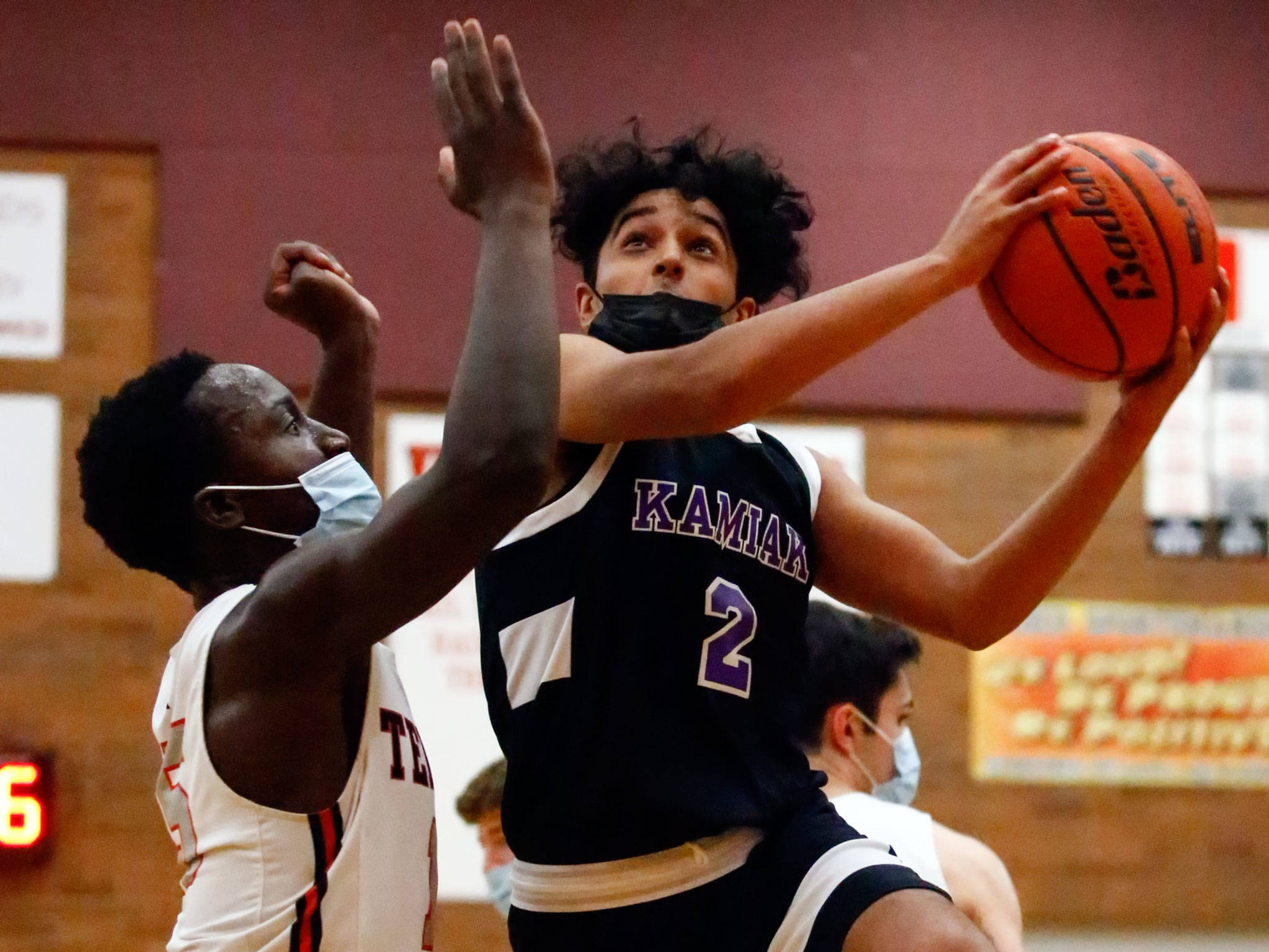 Kamiak's Jaytin Hara looks to shoot with Mountlake Terrace's Jeffrey Anyimah defending during a game at Mountlake Terrace High School on June 10. (Kevin Clark / The Herald)